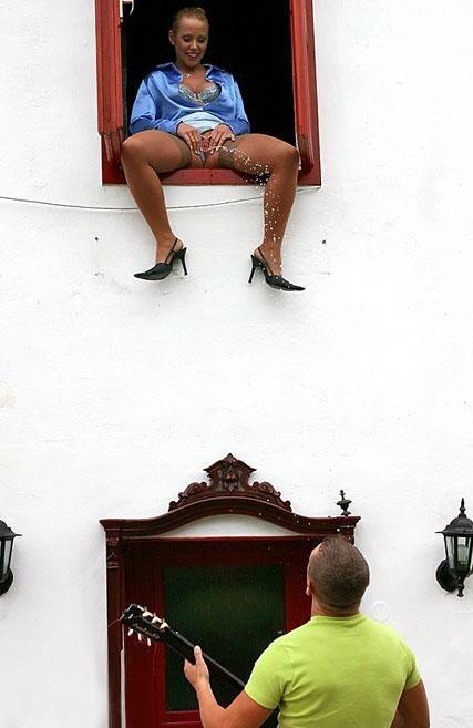 Image 1: Femme qui pisse par la fenetre