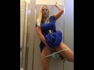 Image 1: Milf blonde qui s exhibe dans des WC publics