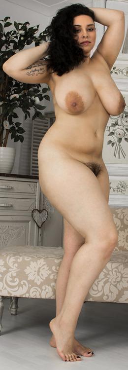 Image 8: Photos femme ronde nue avec chatte poilue