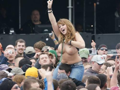 Image 9: Bestof des photos de filles qui montrent leurs seins nus en concert