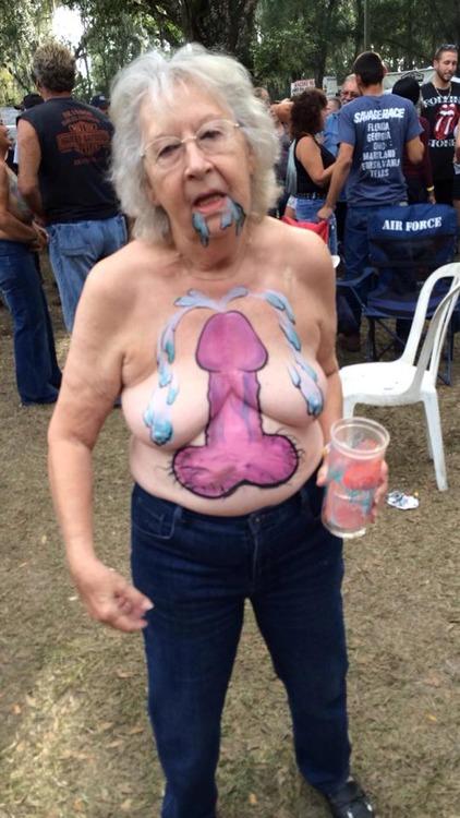 Image 1: Mamie teste le body painting et montre ses seins dans un festival