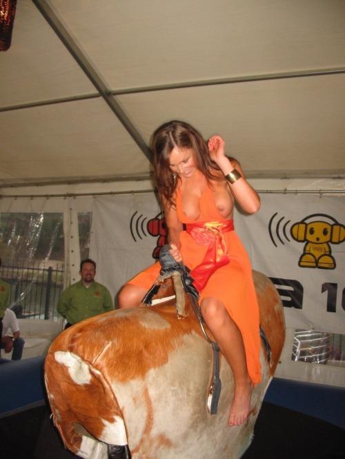 Image 1: OOPS Elle montre ses seins sur un taureau mecanique