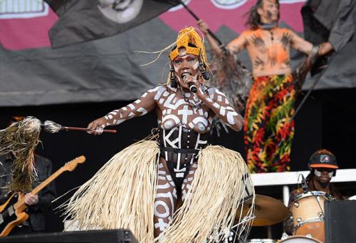 Image 2: Grace Jones seins nus en concert