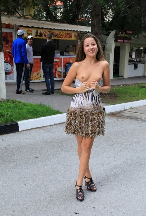 Image 1: Je montre mes petits seins en public
