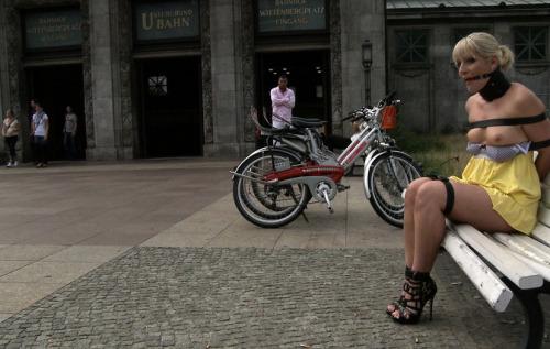 Image 1: Coquine exhib attachee nue sur un banc public