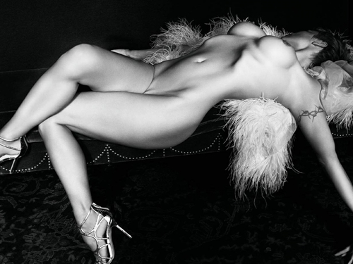 Image 5: Pamela Anderson nue est pas mal avec les cheveux courts