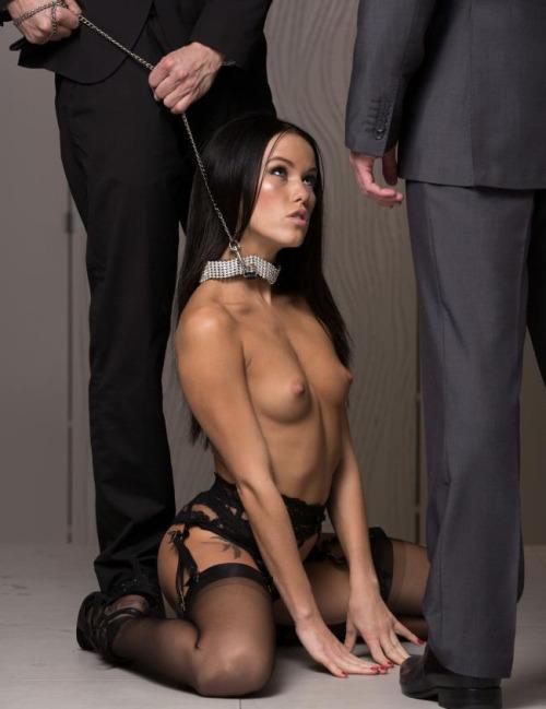 Image 1: Photo d une jeune et belle chienne soumise nue tenue en laisse