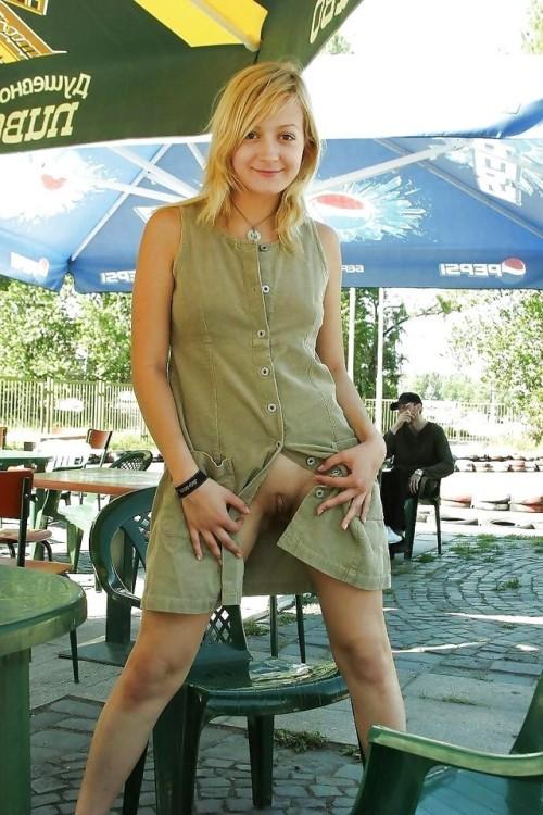 Image 1: Jeune fille blonde qui exhibe sa chatte a la terrasse d un bar timidement