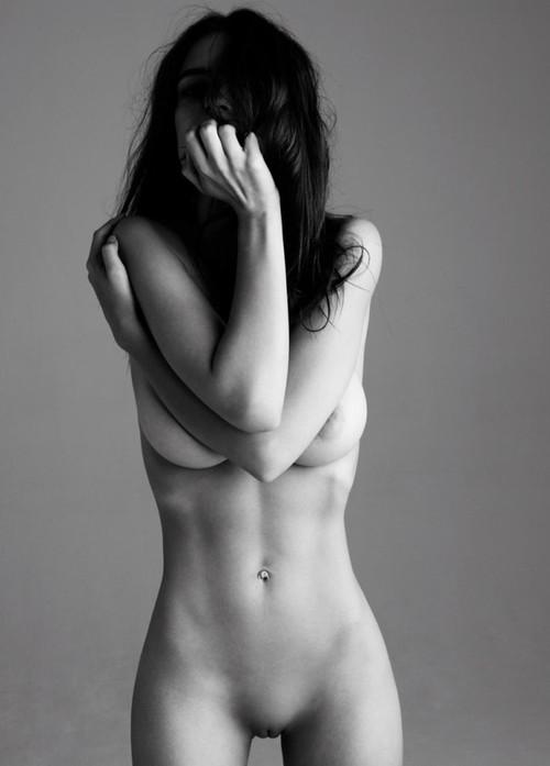 Image 1: Emily Ratajkowski s exhibe nue