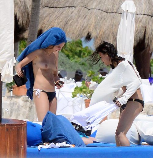 Image 2: Michelle Rodriguez et Cara Delevinge topless a Cancun
