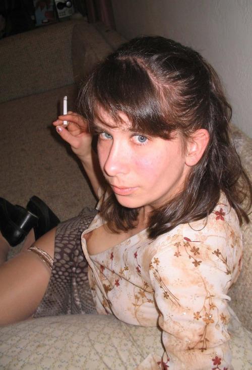 Image 1: Oops Cette fille francaise sans soutif montre un teton