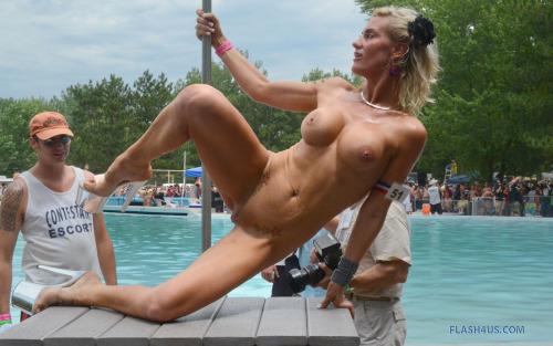 Image 1: Cette blonde nue a gros seins fait un show en public