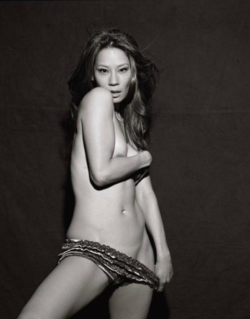 Image 1: Lucy Liu tres sexy sur cette photo ou elle est presque nue