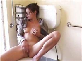 Amatrice salope qui se doigte dans les toilettes publiques d'un bar