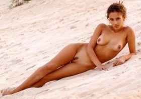 Indira Varma completement nue sur la plage !