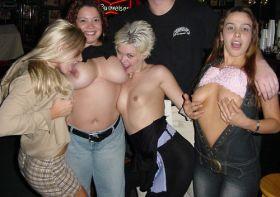 Ivres, elles posent seins nus au bar de la boite