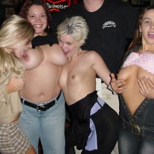 Ivres, elles posent seins nus au ba...