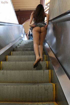 Upskirt escalator : Elle exhibe son cul dans une gare