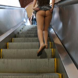 Upskirt escalator : Elle exhibe son...