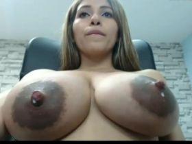 Exhib webcam d'une jeune fille aux gros seins laiteux