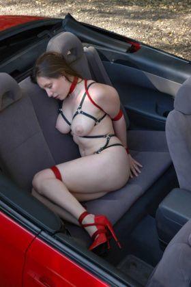 Photos d'une femme soumise et attachée à l'arrière d'une voiture