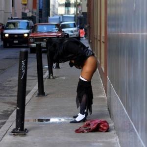 Superbe métisse qui pisse dans la rue