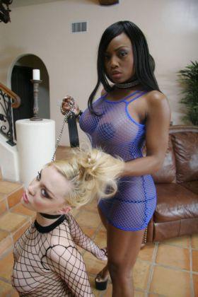 Belle maitresse black avec sa soumise blonde