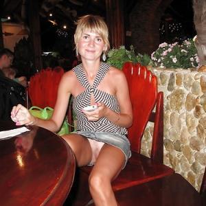Coquine sans culotte au restaurant