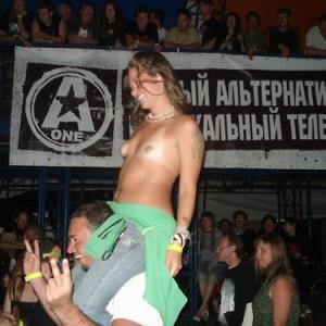 Jeune fille exhib montre ses seins ...