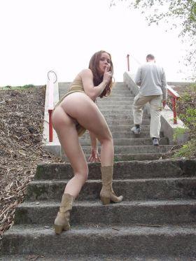 Coquine sans culotte montre sa chatte dans les escaliers