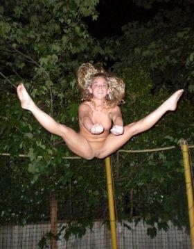 Elle est contente en faisant du trampoline à poils