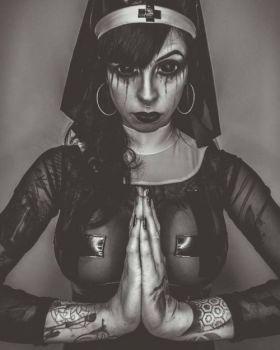 Photo D'une religieuse sexy et coquine aux gros seins