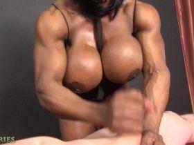 Video porno avec une bodybuildeuse à gros nichons