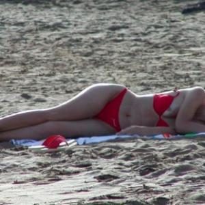 OOPS ! On voit ses seins à la plage