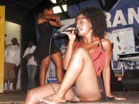 Upskirt: Oops sans culotte d'une chanteuse africaine pendant un concert