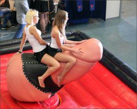 LOL ! Photo drôle de 2 filles sur une bite !