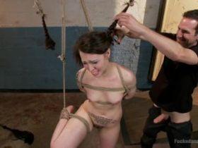 Soumise et attachée, elle se fait raser la tête pendant une fellation