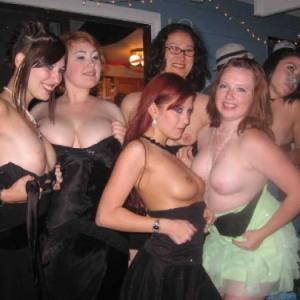 6 copines montrent leurs seins à un...