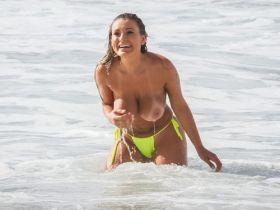 Les gros seins d'Andressa Urach à la plage