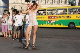 Exhib t shirt mouillé devant les touristes