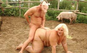 Une grosse cochonne baisée par un cochon au milieu des cochons !