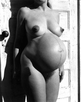 Cette pauvre femme enceinte a un ventre énorme !