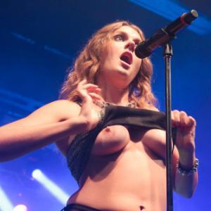 Les seins de Tove Lo en concert