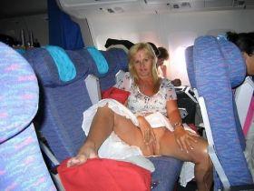 Chatte a l'air au milieu des passagers