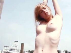 Camille Rowe nue dans une vidéo datant de 1993