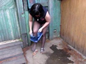 Video d'une amatrice brune qui pisse sur le béton de sa cours