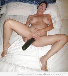 Elle se gode avec une grosse courgette !