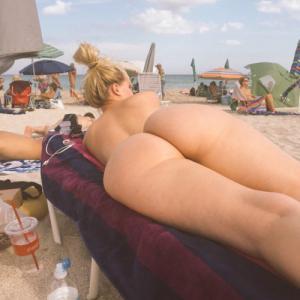Joli cul amateur à la plage naturiste