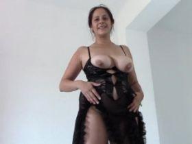 Video d'une femme à gros seins qui pisse en faisant un show érotique