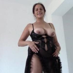 Video d'une femme à gros seins qui ...